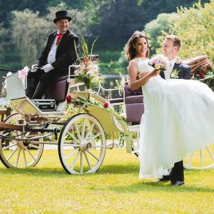 Hochzeitsfoto mit Kutsche am See