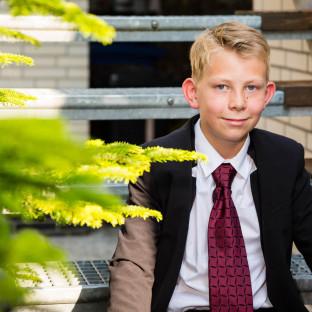 Kind mit Anzug