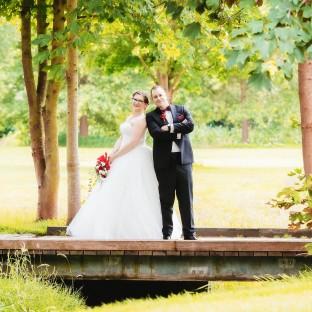 Ehepaar auf Brücke am Golfplatz