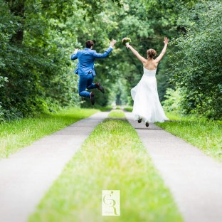 Sprungfoto Hochzeit auf Feldweg in Wedel
