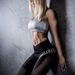 Fitnessgirl im Fotostudio am Posen