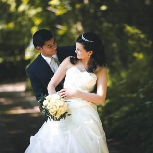 Brautpaar im grünen - Hochzeitsfoto