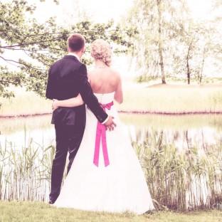 Mann fasst Frau an den Po bei Hochzeit