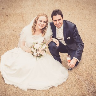 Hochzeitspaar von oben fotografiert