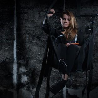 Brünette junge Frau in Korsage in Liebesschaukel - Fotoshooting Hamburg