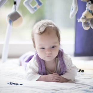 Süßes Babyfoto zu Hause