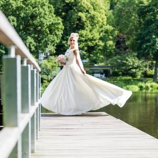 Braut auf Steg in Reinbek