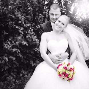 Brautpaar schwarz-weiss mit farbigem Brautstrauß