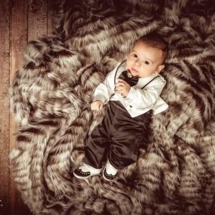 Babyfoto von türkischem Jungen auf Fell aus Pinneberg