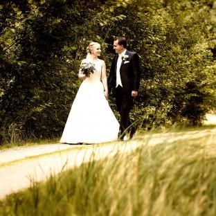 Brautpaar romantisch am spazieren