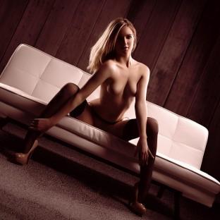 Akt mit blonder Frau auf weisser Couch