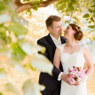 Brautpaar zwischen Blättern