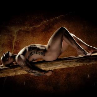 Männerakt - Nackter Mann auf Holzbalken im Fotostudio