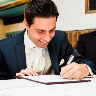 Bräutigam bei der Unterschrift