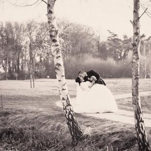 Mann beugt Frau. Kussfoto Brautpaar