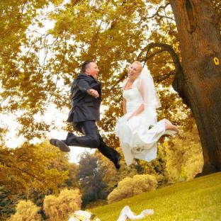 Springendes Brautpaar