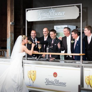 Braut am trinken mit Männern