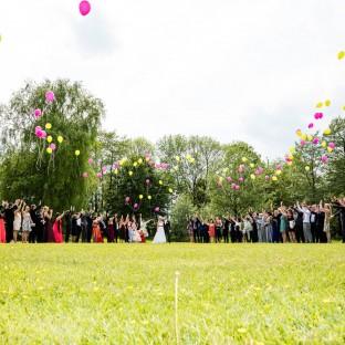 Luftballons steigen lassen bei Hochzeitsfeier