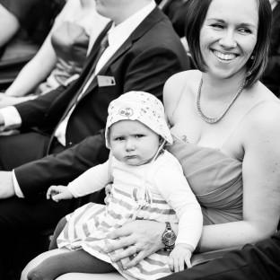 Hochzeitsgast mit Baby