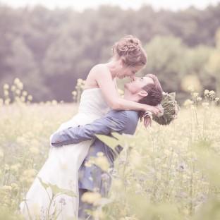 Hochzeitsfotograf Chris Reiner auf sommerlicher Wiese
