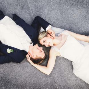 Brautpaar auf Boden im Park