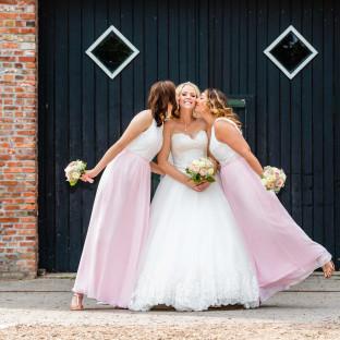 Brautjungfern mit Braut und rosa Kleidern