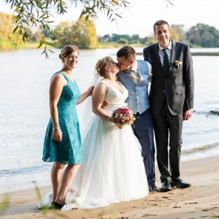 Familienfoto von Brautpaar