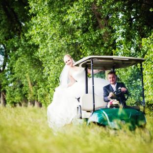 Brautpaar auf Golfcaddy - Golfplatz Glinde